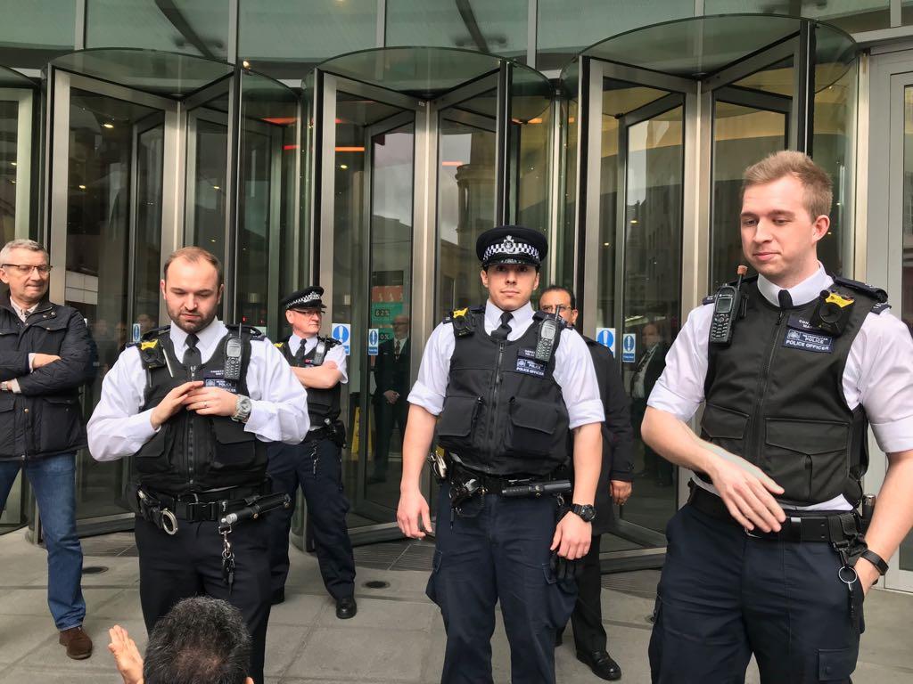 حضور پلیس در تجمع اعتراضی در برابر ساختمان بی بی سی