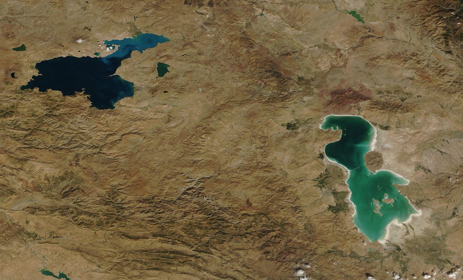 دریاچه ارومیه در مهر ۲۰۰۴ میلادی/ تصویر از ناسا