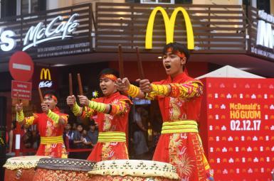 مراسم افتتاح نخستین شعبهی مکدونالدز در هانوی