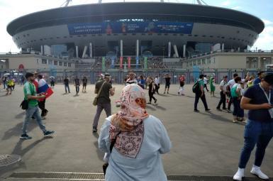 تصویر نیویورکتایمز از حضور فعال حقوق زنان مقابل استادیوم بازی ایران و مراکش در سنتپترزبورگ