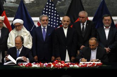 حنیف اتمر، درحال امضای توافقنامه امنیتی با آمریکا
