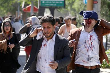 تعدادی از مجروحان حادثه در حال فرار از محل انفجار روز چهارشنبه در کابل