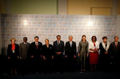 موگابه در عکس دستهجمعی نشست سازمان بهداشت جهانی در زمینهی بیماریهای غیرواگیر در اروگوئه