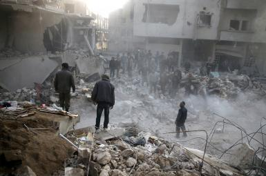 مردم روبروی ساختمان های آسیب دیده ایستاده اند