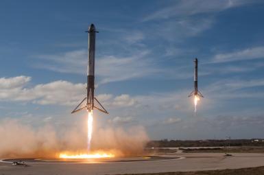 فرود همزمان و موفقیتآمیز دو موتور بیرونی فضاپیمای «فالکون هِوی»