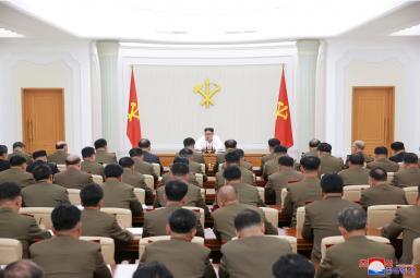 رهبر کرهشمالی در نشستی با رهبران نظامی آن کشور