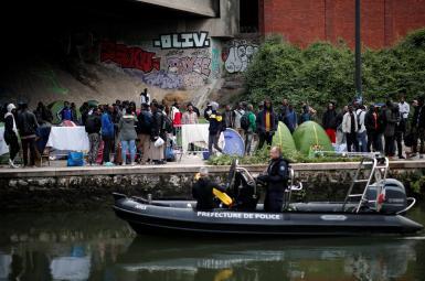 انتقال پناهجویان از کمپهای چادری به خوابگاه موقت در فرانسه