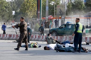 نیروهای امنیتی افغانستان و قربانیان انفجار در محل حادثه