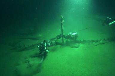 غواصان درحال جستوجوی لاشه کشتی غرقشده در عمق دریا (آبهای کشور بلغارستان در دریای سیاه)