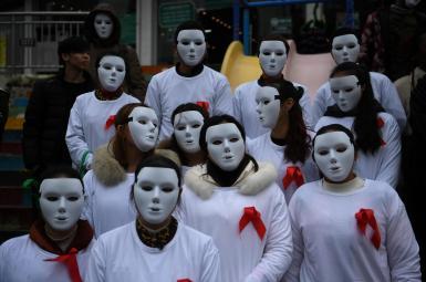 داوطلبان شرکتکننده در یک رویداد برای آگاهیرسانی درمورد اچآیوی در آستانه «روز جهانی ایدز» در چین