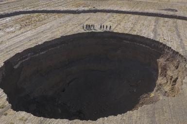 فروچاله ۶۰ متری در دشت کبودرآهنگ که بهدلیل برداشت بیرویه از سفرههای آب زیرزمینی ایجاد شده است