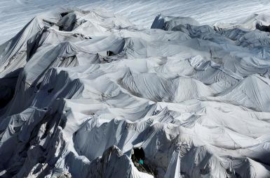 پوشاندن یخچالهای طبیعی با پوششهایی پتومانند برای حفاظت از نور خورشید