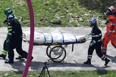 خارج کردن اجساد قربانیان از ساختمان