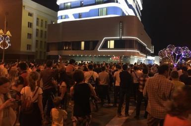 تشویق هواداران ایرانی در مقابل هتل تیم ملی پرتغال