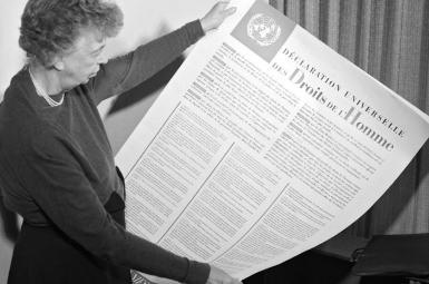 النور روزولت با نسخه فرانسوی اعلامیه جهانی حقوق بشر