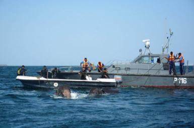 نیروی دریایی سریلانکا در حال نجات فیلها