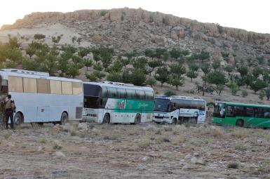اتوبوسهای حامل نیروهای «سرایا اهل الشام»، یکی از گروههای مخالف بشار اسد، عرسال لبنان را بهسمت «فلیطا» در سوریه