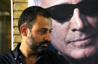 بهمن کیارستمی در مراسم ترحیم پدرش، عباس کیارستمی