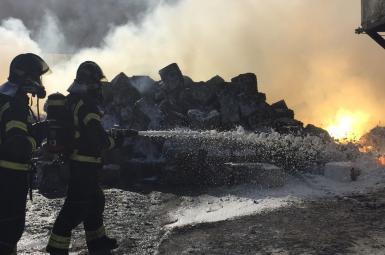 دود سمی ناشی از آتش سوزی در انبار یک کارخانه صنعتی