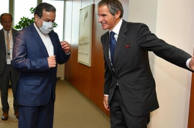 IAEA head Rafael Grossi (R) meeting with Iran's Deputy FM Araghchi. FILE photo