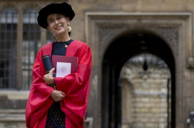 دانشگاه آکسفورد عکس آنگ سان سوچی را از درب ورودی خود برداشت