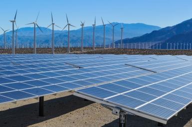 پنلهای خورشیدی و توربینهای بادی برای تولید برق از انرژیهای تجدیدپذیر