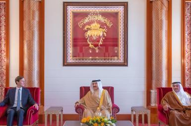 از راست: سلمان بن حمد آل خلیفه ولیعهد بحرین، حمد بن عیسی آل خلیفه، پادشاه بحرین، و جرد کوشنر مشاور رییس جمهوری آمریکا
