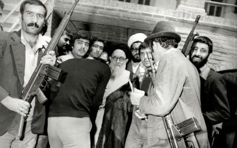 محمدکاظم شریعتمداری در میان تعدادی از  تفنگداران حزب خلق مسلمان در قم (۱۳۵۸)