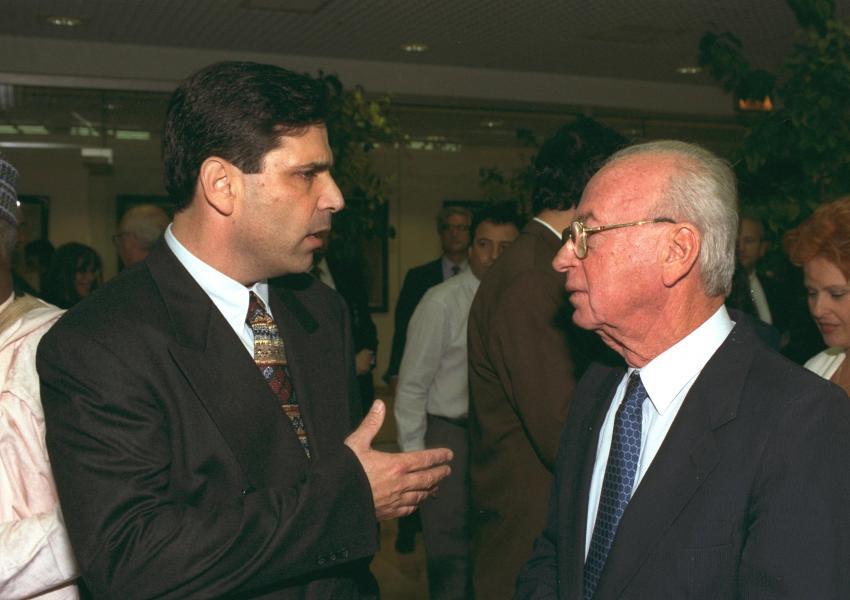 گونن سیگیو، وزیر انرژی پیشین، همراهبا اسحاق رابین، نخستوزیر اسبق اسراییل