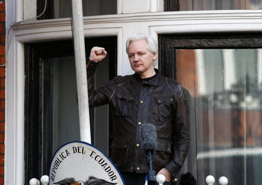 جولیان آسانژ درحال سخنرانی در بالکن سفارت اکوادور در لندن