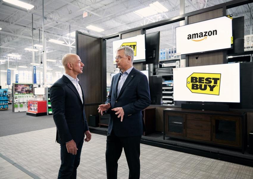 جف بزوس، مدیرعامل آمازون (سمت چپ)