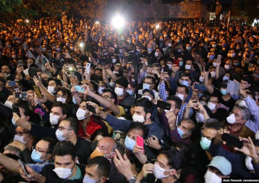 People in Tehran protest outside the hospital where Iran's great singer Mohammad Reza Shajarian passed away. October 8, 2020