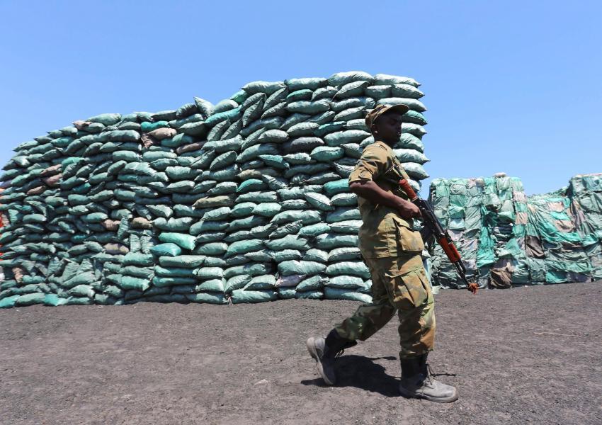 سرباز سومالیایی درحال نگهبانی دربرابر محموله زغال صادراتی