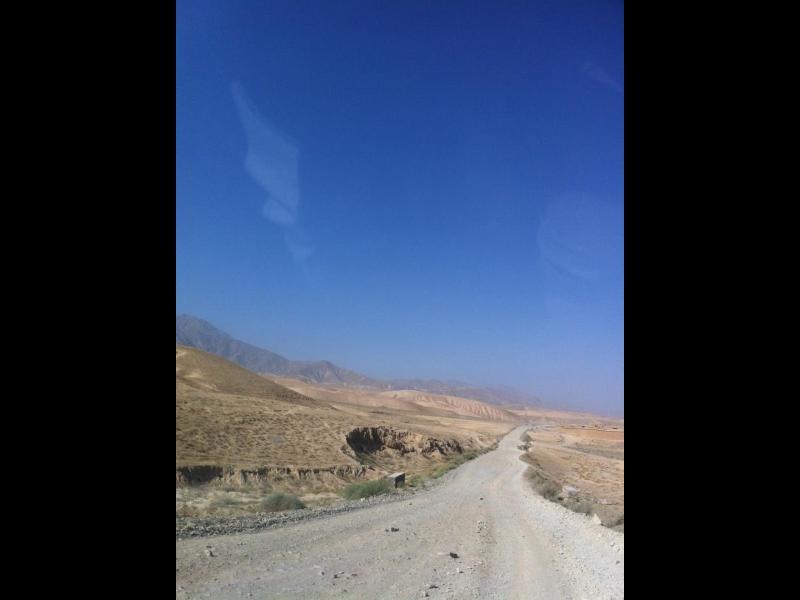 جاده خاکی اندراب (۲۰۰۹). این جاده اکنون آسفالت شده است.